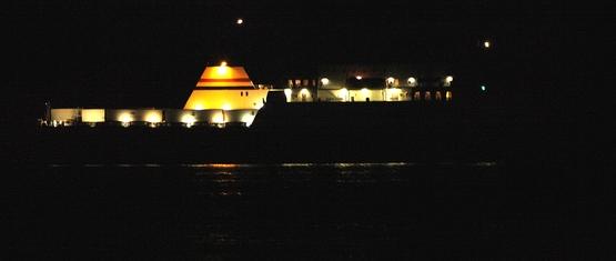 Un gros bateau dans la nuit