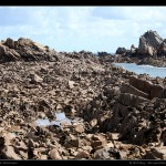 Les fonds que l'on ne voit pas à marée haute, sur la côte de Bréhat. De nombreuses marques de quilles sont visibles sur les roches abruptes.